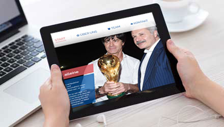 Tablet mit Homepage Ansicht ARP Sportmarketing Agentur. Im Bild Geschäftsführer Harun Arslan und Joachim Löw. Bild link zur Unterseite Webdesign.